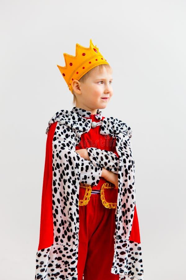 Menino em um traje do rei imagens de stock royalty free