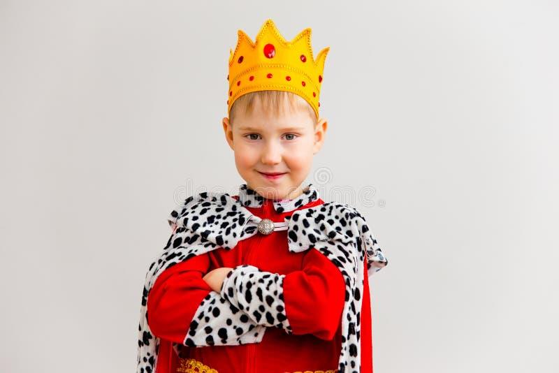 Menino em um traje do rei fotografia de stock