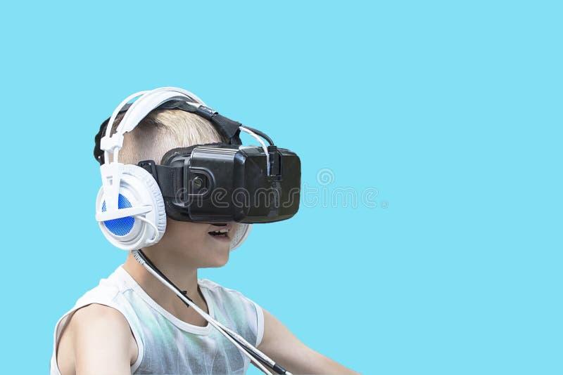 Menino em vidros da realidade virtual fotos de stock royalty free