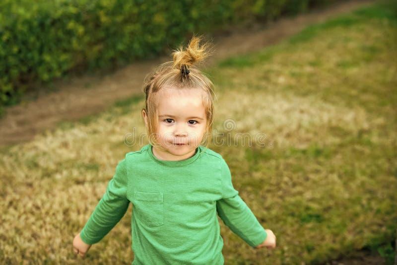 Menino engraçado em seus pijamas Criança da criança ou do menino com a cara de sorriso bonito foto de stock
