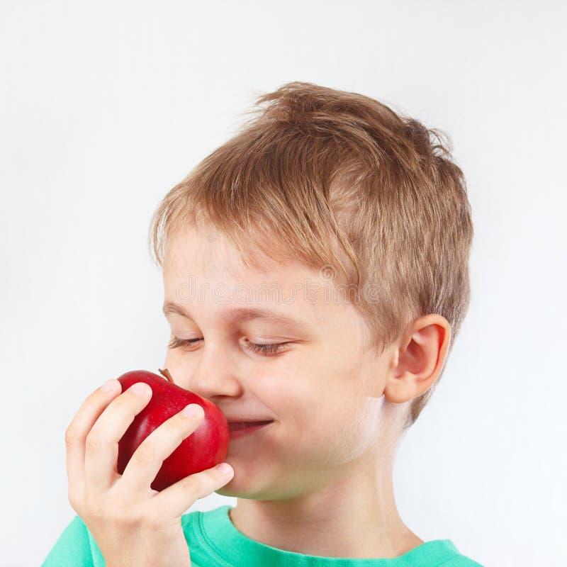 Download Menino Engraçado Pequeno Na Camisa Verde Com A Maçã Vermelha Suculenta Imagem de Stock - Imagem de delicioso, feliz: 65575109