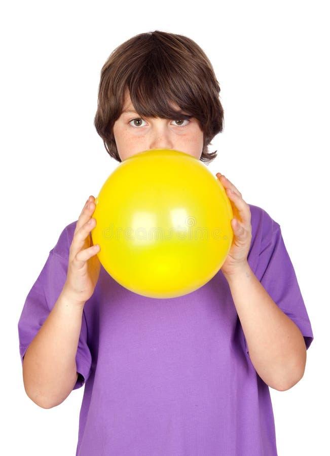 Menino engraçado que funde - acima de um balão amarelo imagem de stock