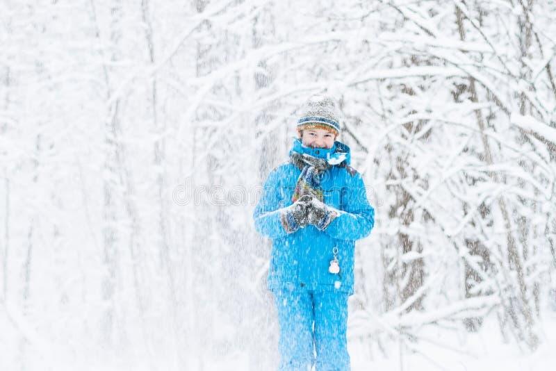 Menino engraçado travado em uma tempestade da neve fotografia de stock royalty free