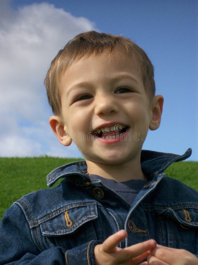 Download Menino feliz imagem de stock. Imagem de grama, sorrir, jeans - 102877
