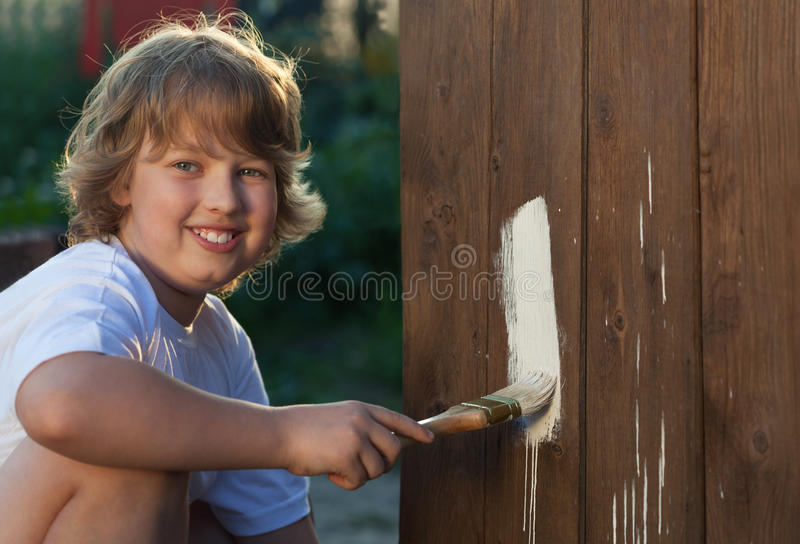 Menino feliz com escova de pintura fotografia de stock royalty free