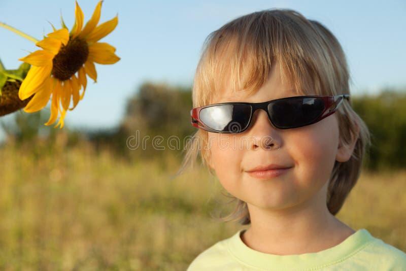 Menino feliz com girassol imagem de stock