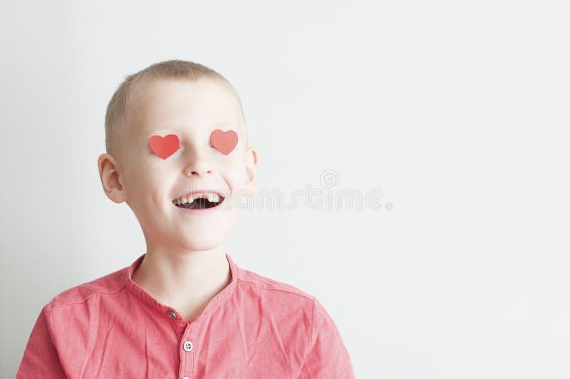 Menino feliz com olhar de amor da forma do coração imagens de stock royalty free