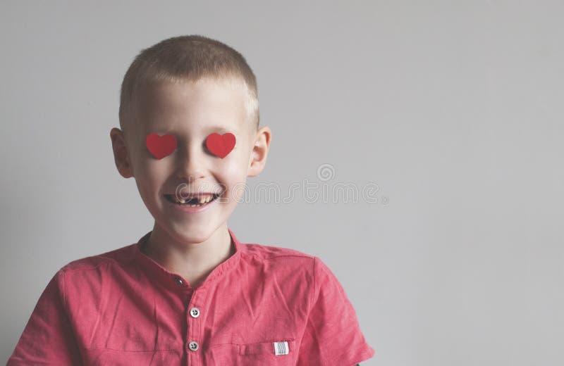Menino feliz com olhar de amor da forma do coração fotografia de stock royalty free