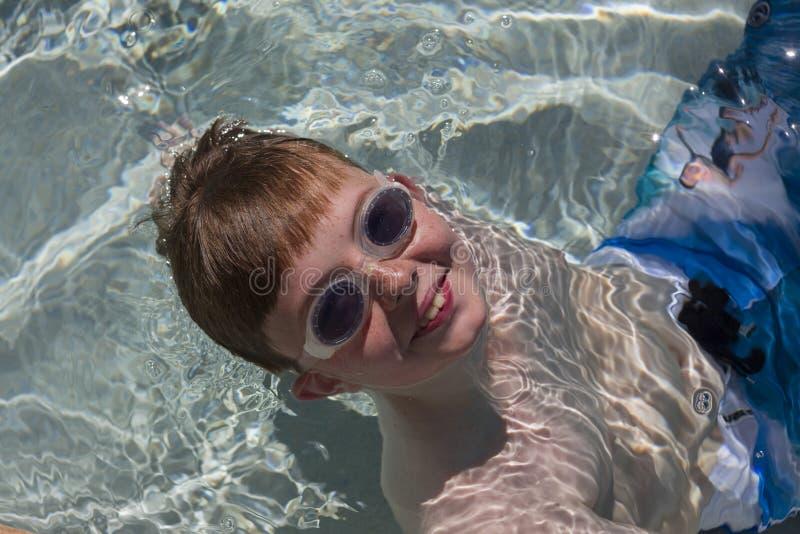 Menino feliz com os óculos de proteção na associação imagem de stock royalty free