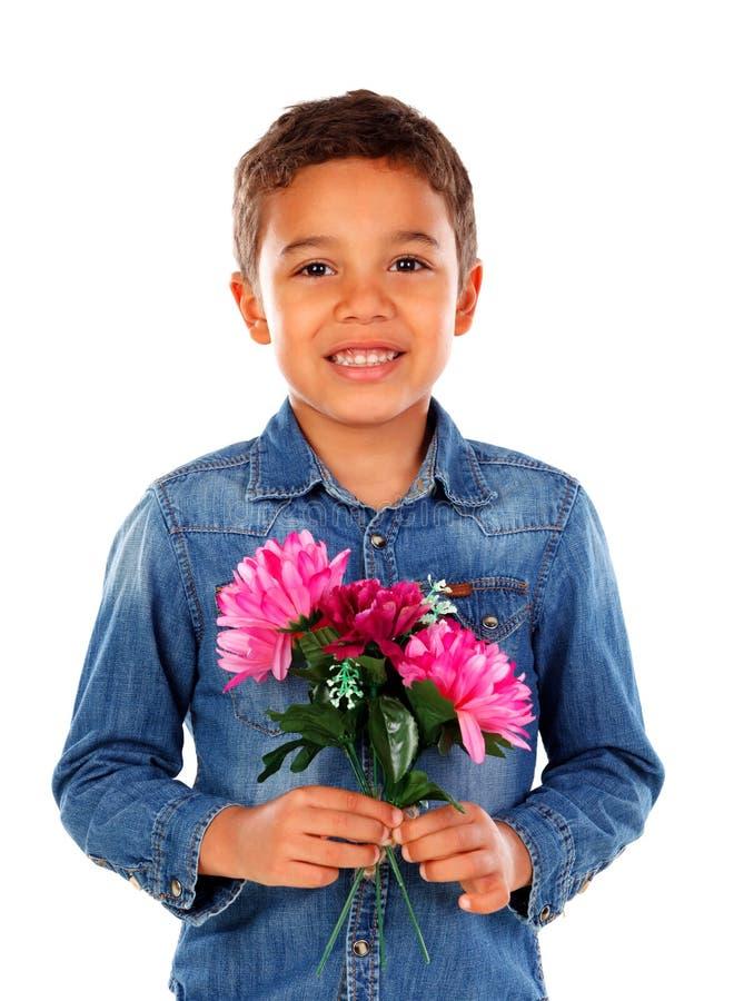 Menino feliz com um ramalhete bonito de flores cor-de-rosa imagens de stock