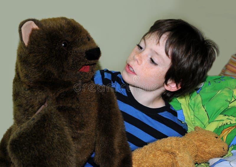 Menino feliz com ursos fotos de stock royalty free