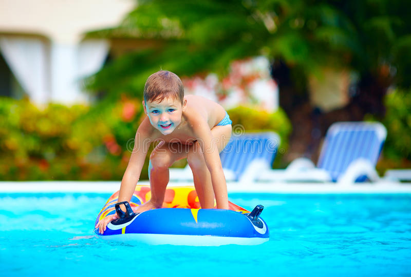 Menino feliz, criança que tem o divertimento na piscina imagem de stock