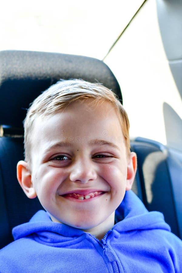 menino feliz de sorriso no banco de carro da criança foto de stock
