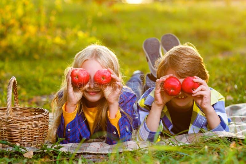 Menino feliz e menina de sorriso que encontram-se junto no tapete foto de stock royalty free