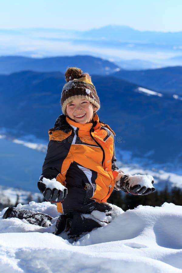 Menino feliz na montanha nevado foto de stock