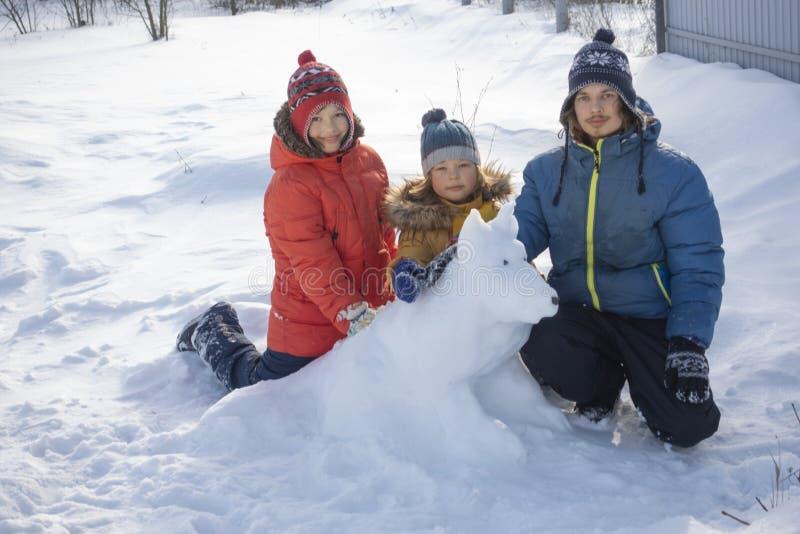 Menino feliz no jogo da neve e no dia ensolarado do sorriso fora imagens de stock royalty free