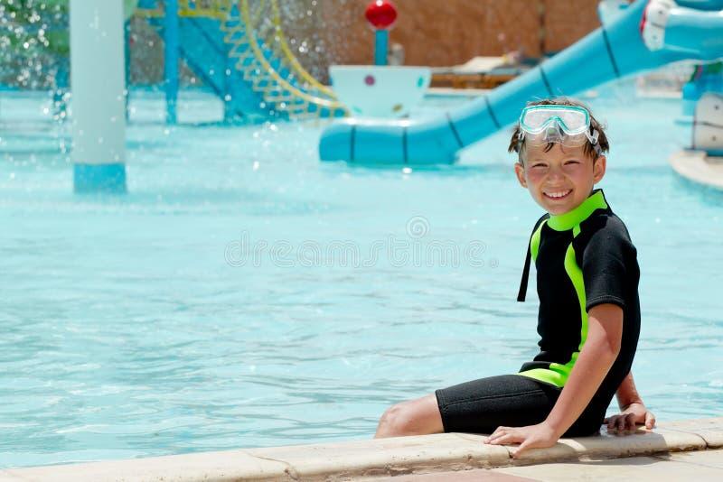 Menino feliz no parque da água imagens de stock royalty free