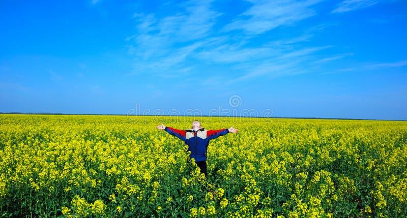 Menino feliz no prado fotografia de stock royalty free