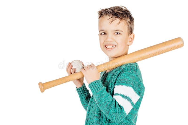 Menino feliz novo com bastão de beisebol de madeira e bola isolada no wh imagens de stock