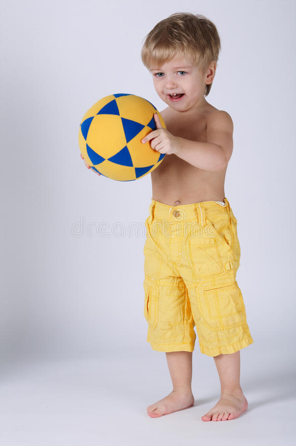 Menino feliz pequeno com terno de natação imagens de stock