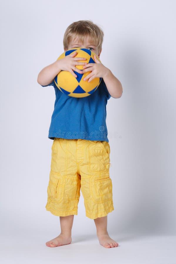 Menino feliz pequeno com terno de natação foto de stock