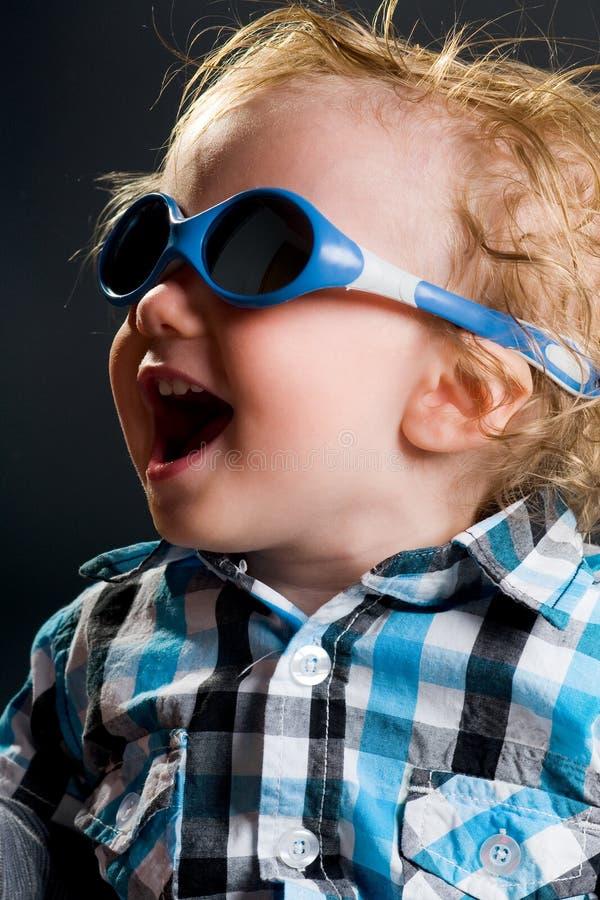 Menino fresco com óculos de sol fotografia de stock royalty free