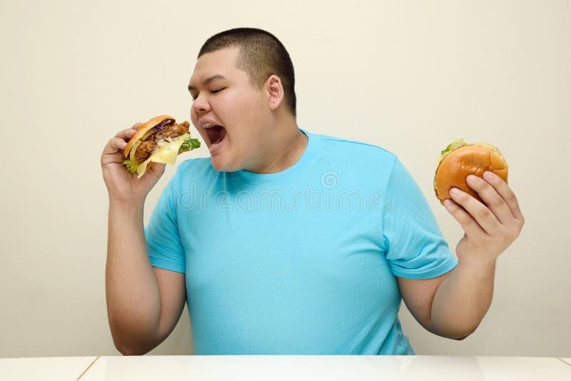 Menino gordo, comida lixo, insalubre foto de stock royalty free