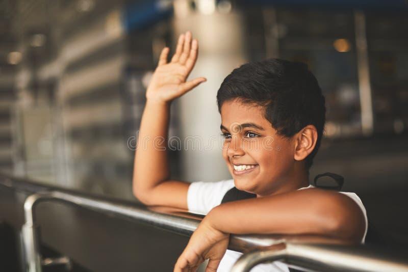 Menino hindu alegre que dá boas-vindas a povos na estação de trem imagem de stock royalty free