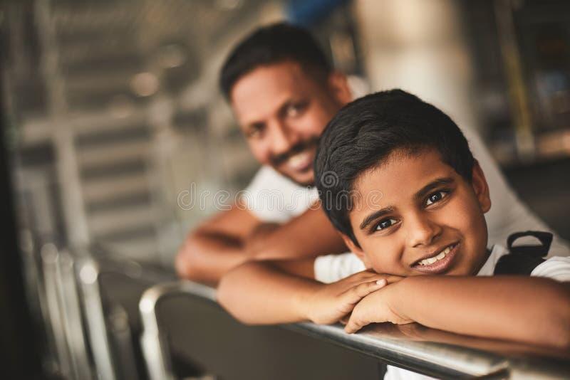 Menino hindu alegre que inclina-se no corrimão imagens de stock
