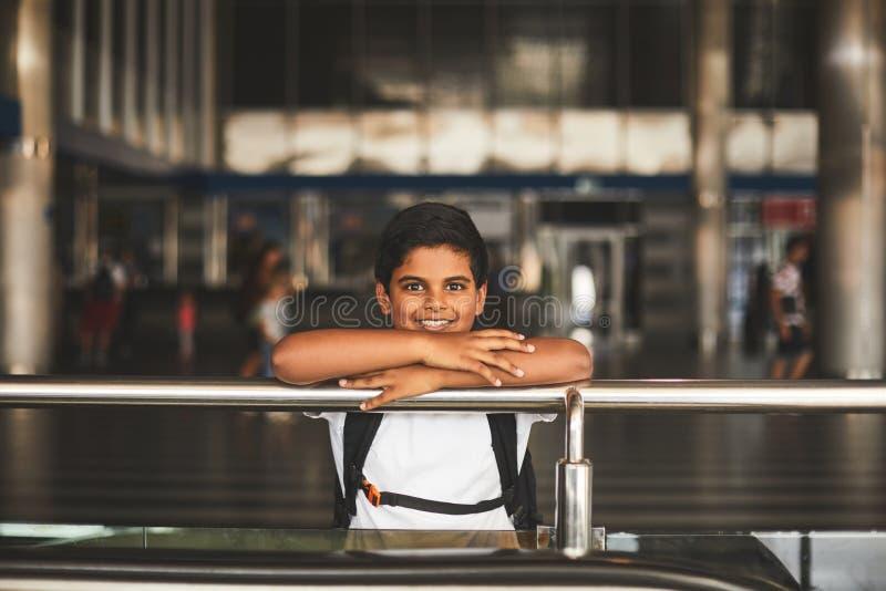 Menino hindu de sorriso agradável que espera na estação de trem imagem de stock royalty free