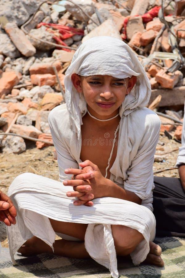 Menino hindu em ritos fúnebres e em cerimônias na construção desmoronada após o desastre do terremoto fotos de stock