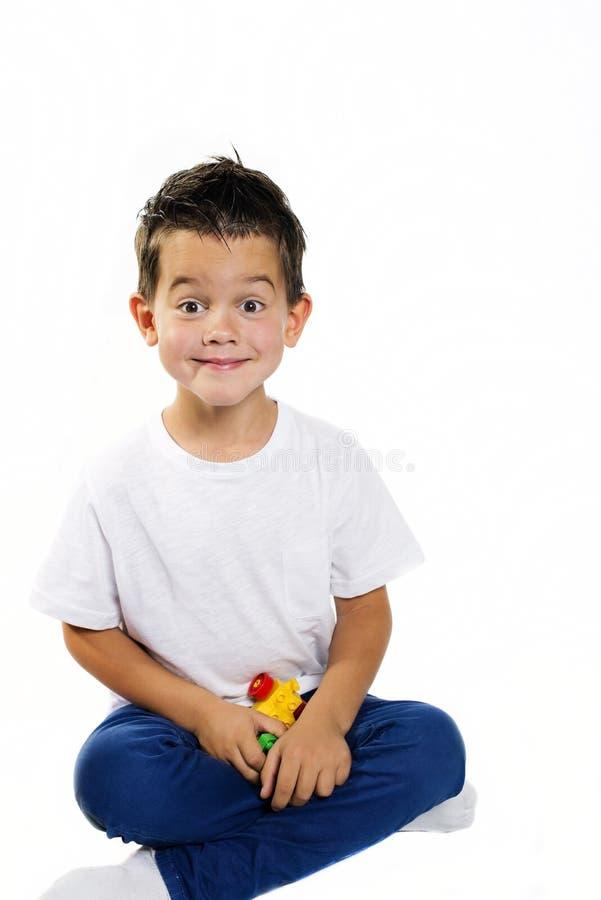 Menino idoso de cinco anos com brinquedos imagem de stock