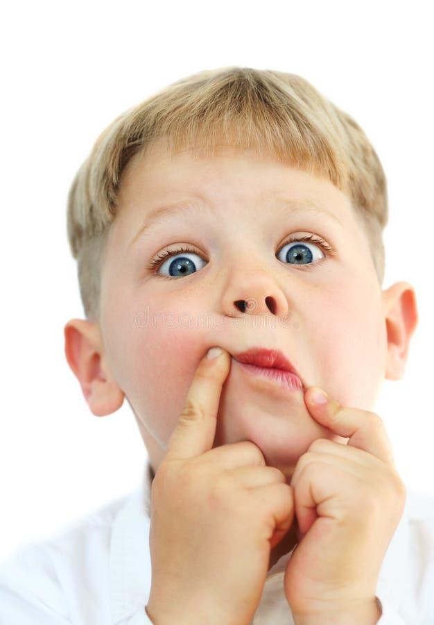Menino idoso de cinco anos que faz as faces fotografia de stock