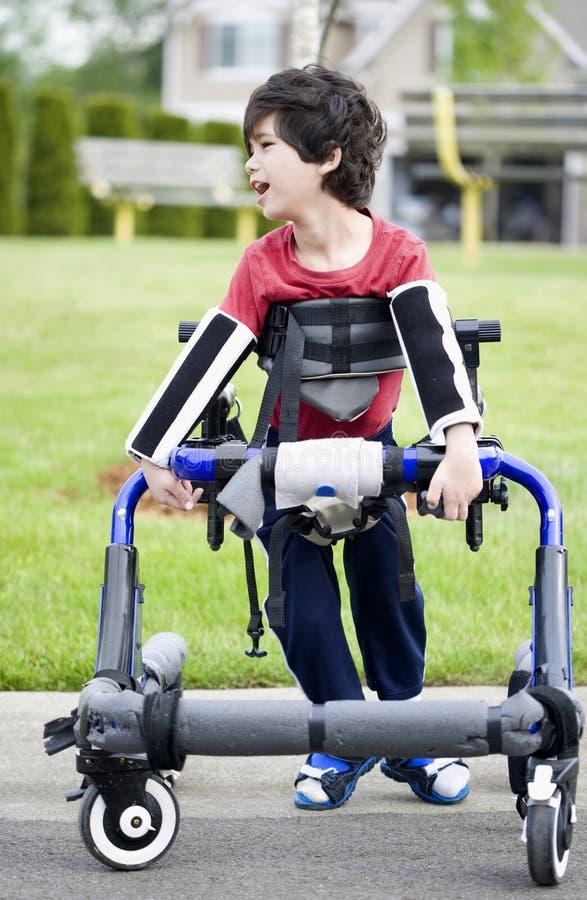 Menino incapacitado idoso de cinco anos no caminhante imagem de stock royalty free