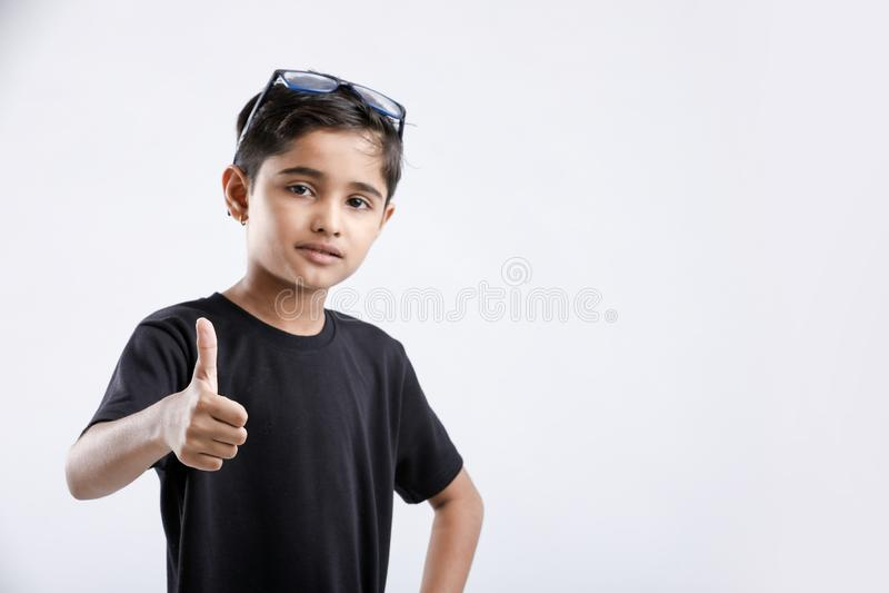 menino indiano/asiático pequeno que mostra os polegares acima imagens de stock royalty free