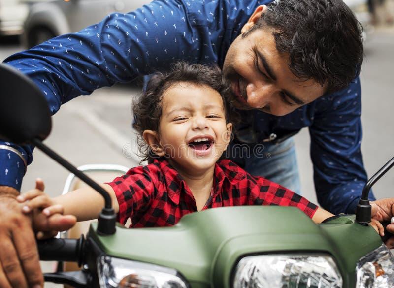 Menino indiano novo que monta o velomotor fotografia de stock