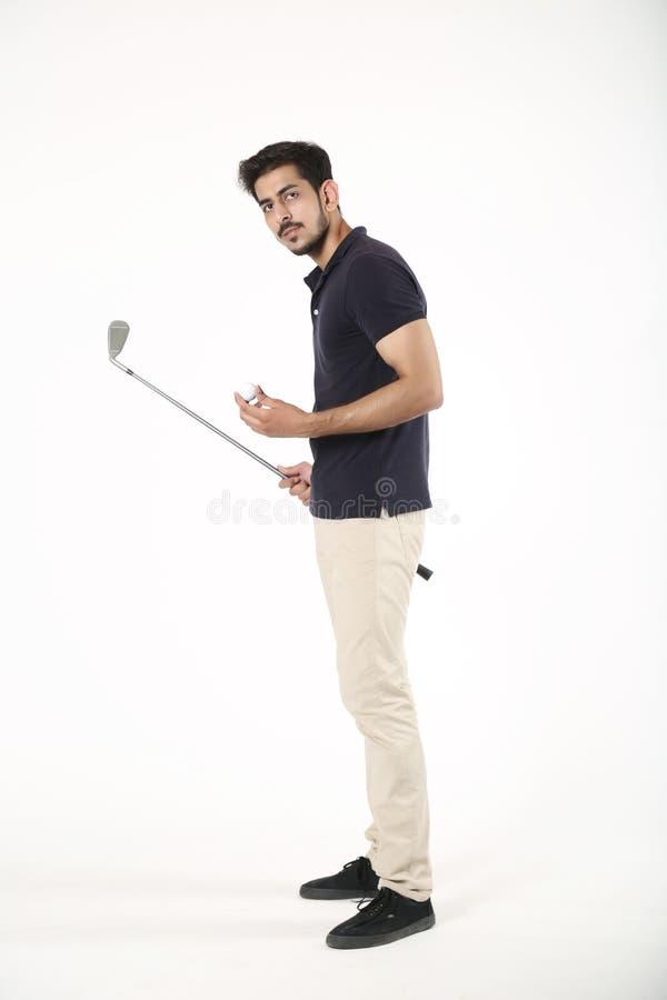 Menino indiano que está com vara e bola do golfe imagem de stock royalty free