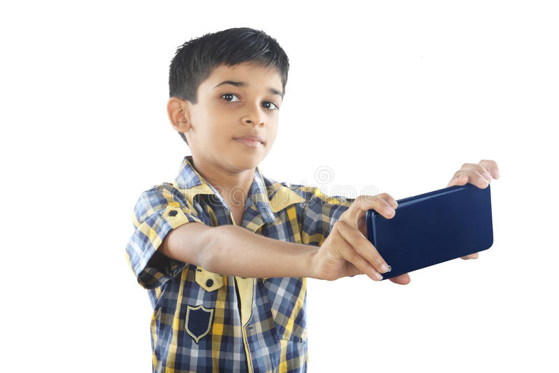 Menino indiano que guarda a tabuleta imagens de stock royalty free
