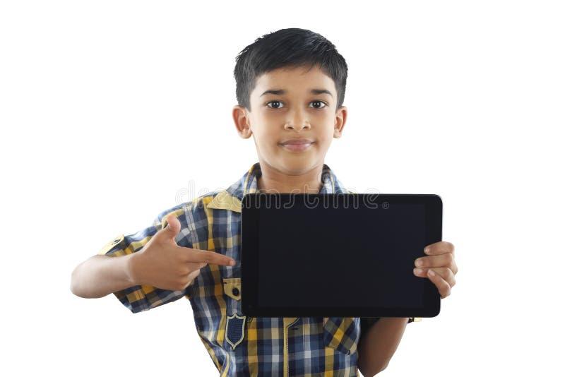 Menino indiano que guarda a tabuleta fotografia de stock royalty free