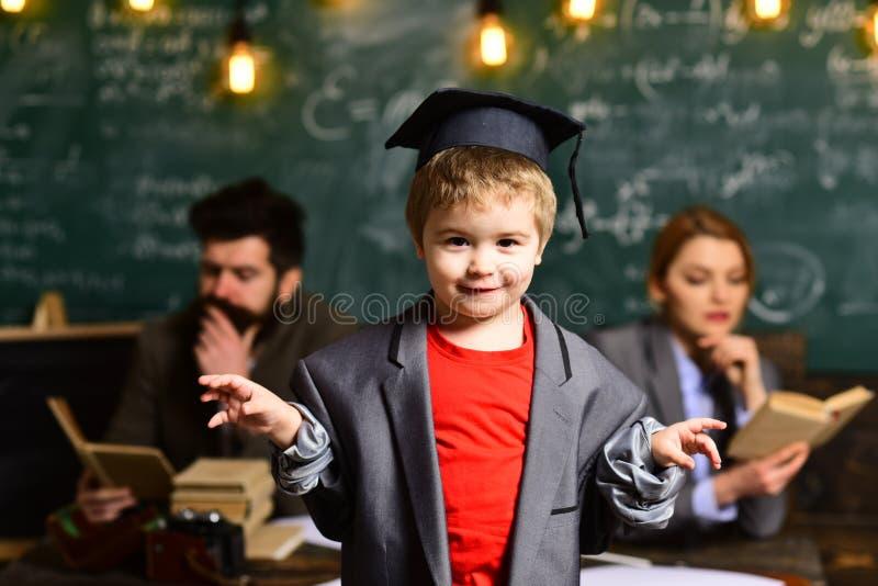 Menino inteligente bonito feliz Criança pronta para responder com o quadro no fundo Apronte para a escola De volta à escola Mãe e fotos de stock royalty free