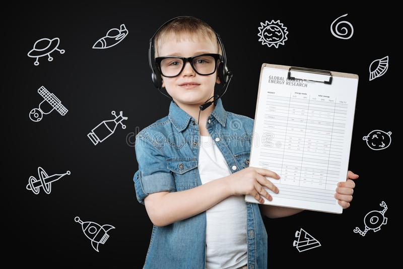 Menino inteligente que sente seguro ao fazer uma investigação energética fotos de stock royalty free