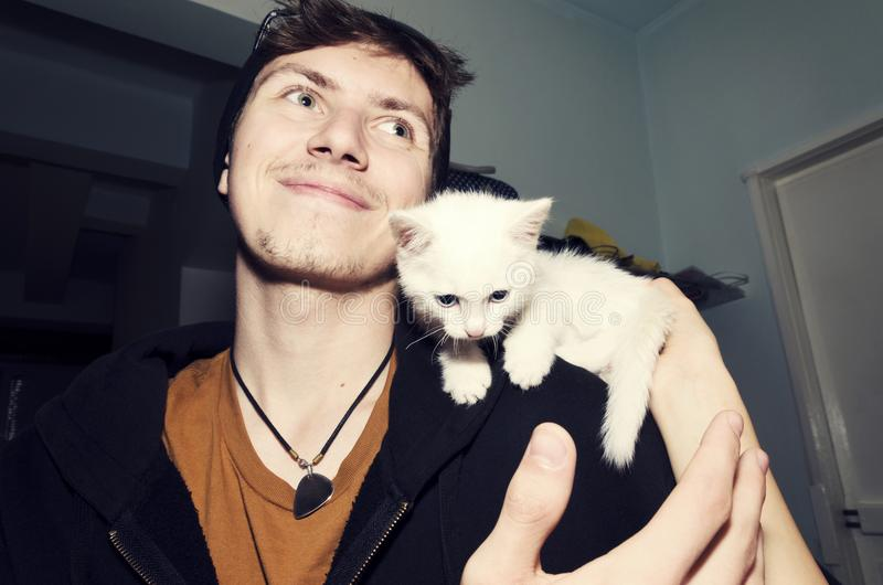 Menino Kitten Love Cute Friendship Caress fotos de stock