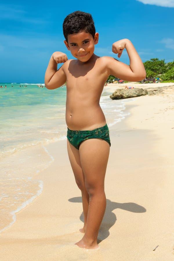 Menino Latin em uma praia tropical fotos de stock