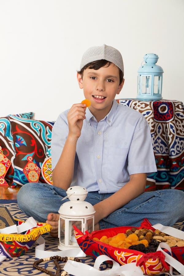 Menino muçulmano novo feliz na ramadã foto de stock