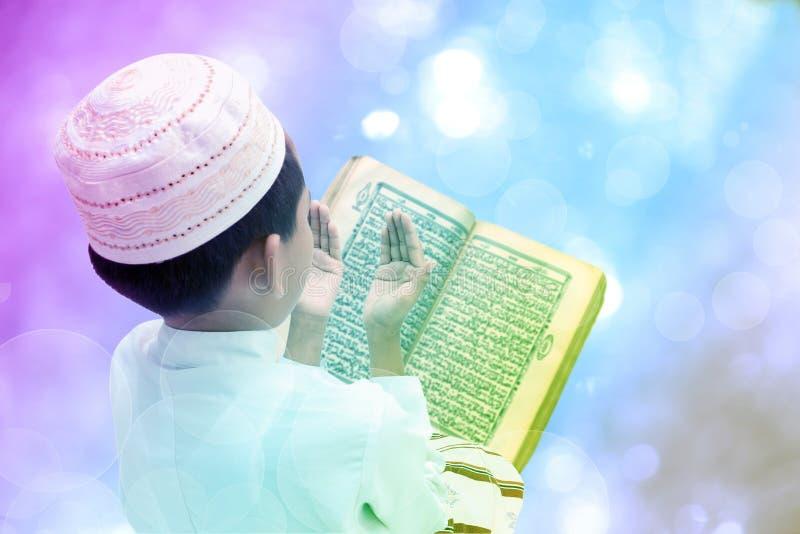 Menino muçulmano pequeno imagem de stock royalty free