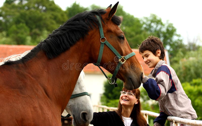 Menino, mulher e cavalo fotografia de stock