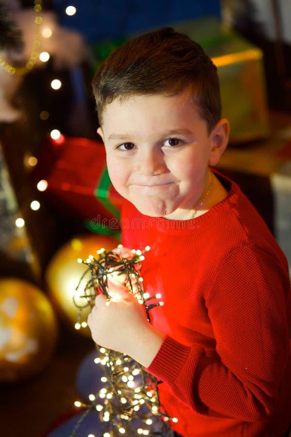 Menino na árvore de Natal fotos de stock