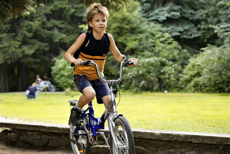Menino na bicicleta imagens de stock