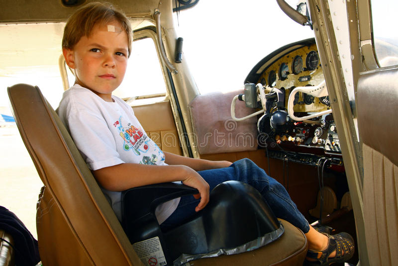 Menino na cabina do piloto do avião confidencial fotos de stock
