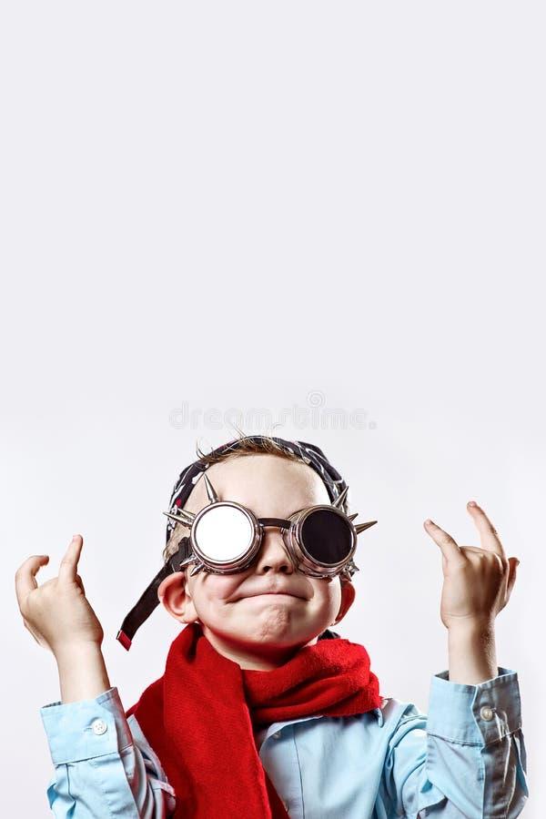 Menino na camisa azul, no lenço vermelho, nos vidros do motociclista e no bandana no fundo claro imagens de stock royalty free